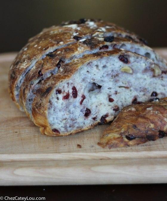No-Knead Cranberry Walnut Bread | chezcateylou.com