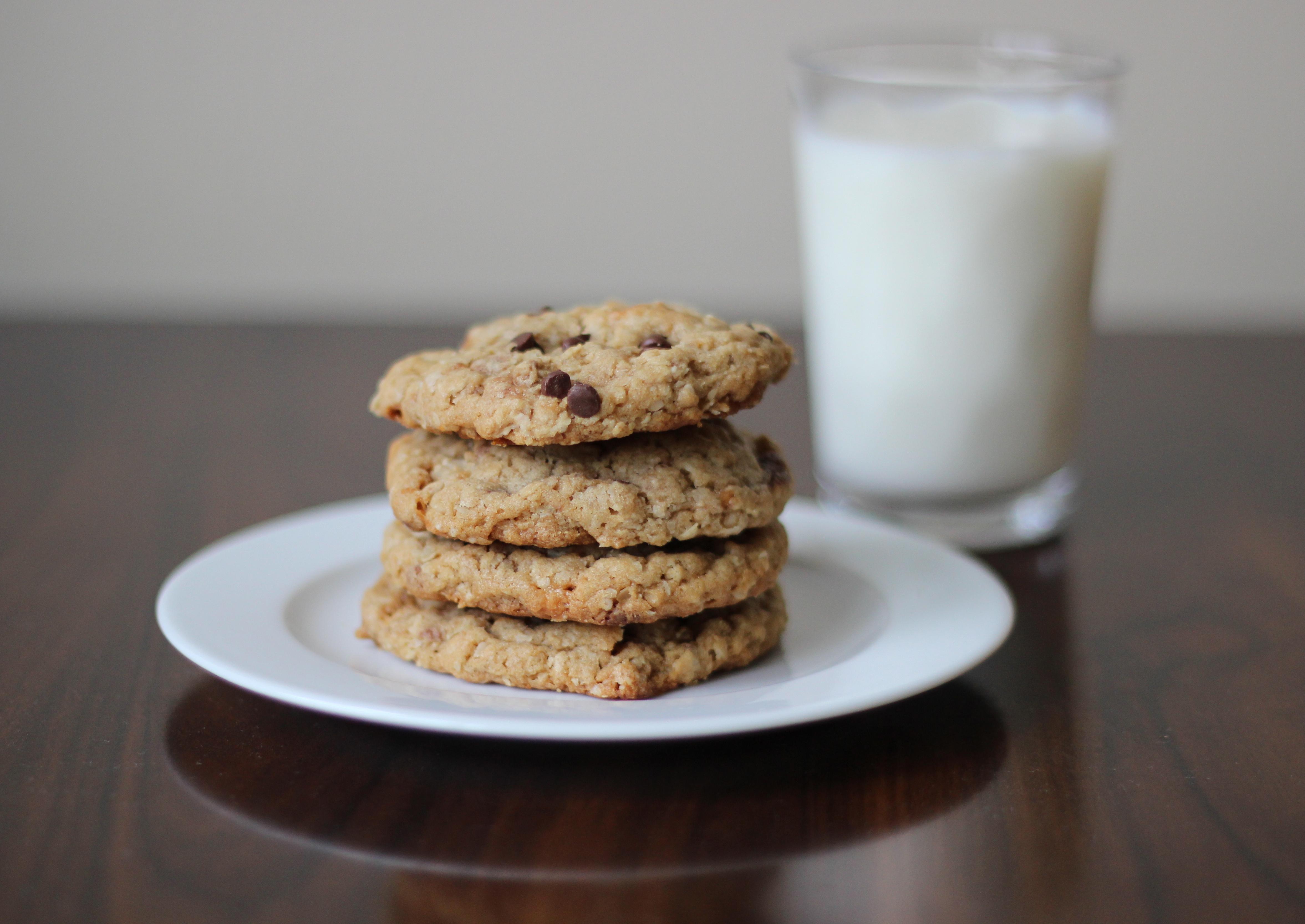 Butterfinger Peanut Butter Oatmeal Cookies   chezcateylou.com