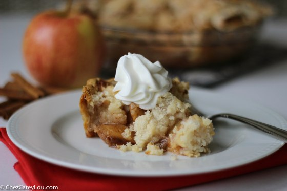 Apple Crumb Pie | chezcateylou.com